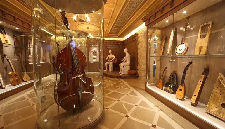 בלו הול- חלל פנימי ומוזאון מוזיקה