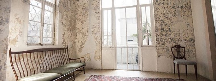 1910- חלל פנימי בבית עתיק יציאה למרפסת
