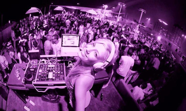 DJ קיטי- דיג'יית מהמובילים כיום בארץ- צילום מלמלה מסיבה ופילטר סגול דיג'יית קיטי