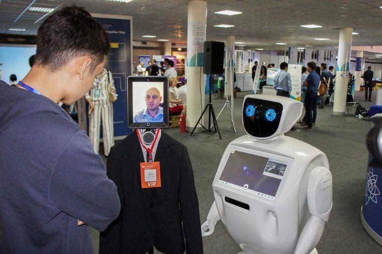 רובוט אנושי בהרצאה ייחודית- רובוט מדבר לבן