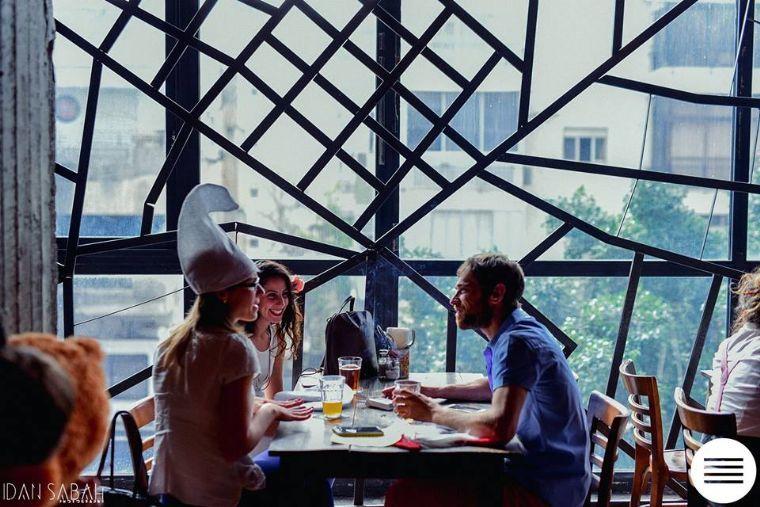 מתחם 99- אזור ישיבה וחלונות גבוהים ומיוחדים