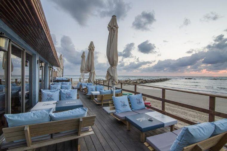וילה על הים- פינות ישיבה על הגג ונוף לים