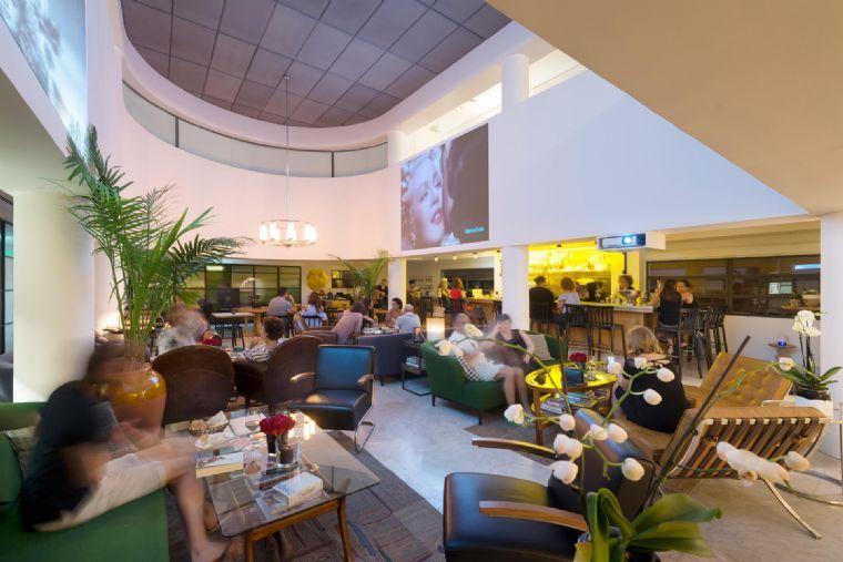 העיר הלבנה- אירועים במלון עם גינה -חלל פנימי.