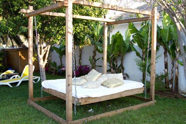 וילת מסיבות היוקרה- מיטות במבוק מעוצבות לשיזוף