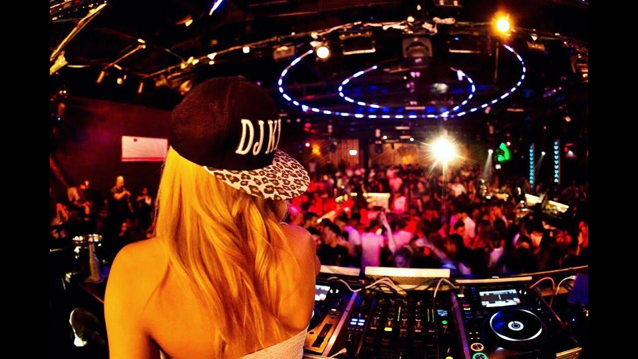 DJ קיטי- דיג'יית מהמובילים כיום בארץ- צילום מאחור ומסיבה ודיג'יית קיטי