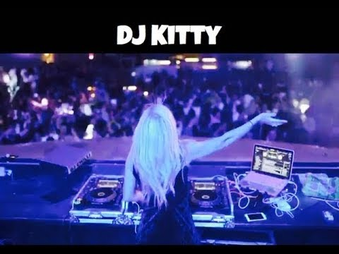 DJ קיטי- דיג'יית מהמובילים כיום בארץ- צילום מאחור ומסיבה ופילטר סגול דיג'יית קיטי